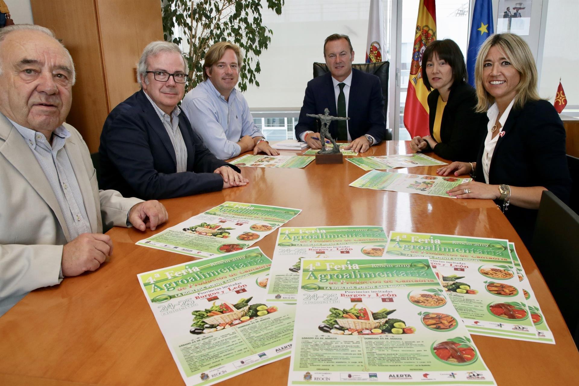 El consejero de Desarrollo Rural, Ganadería, Pesca, Alimentación y Medio Ambiente, Guillermo Blanco, y el alcalde de Reocín, Pablo Diestro, entre otros